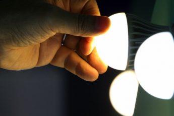 A iluminação é um fator que interfere diretamente nos custos de conta de luz e é um dos principais responsáveis pelos desperdícios. Por serem equipamentos utilizados constantemente, as lâmpadas representam 20% do consumo de energia elétrica. Pensando na economia e maior eficiência para os equipamentos, as tecnologias de iluminação avançaram e a utilização de lâmpadas de LED vem se tornando cada vez mais frequente para quem deseja reduzir as despesas com energia elétrica. O LED (Diodo Emissor de Luz) das lâmpadas faz com que ela trabalhe com maior eficiência, consumindo cerca de 85% menos energia que as lâmpadas fluorescentes. Medindo o consumo das lâmpadas
